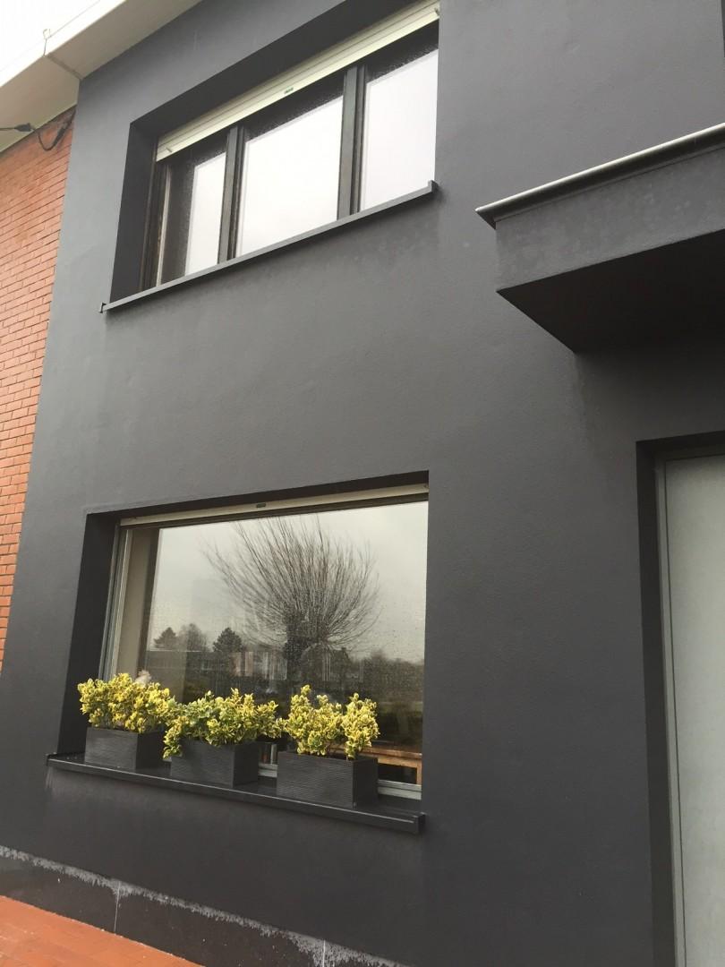 Gevel isolatie en sierpleister antraciet kleur aluminium venstertabletten zink en blauwsteen - Kleur schilderij zink ...
